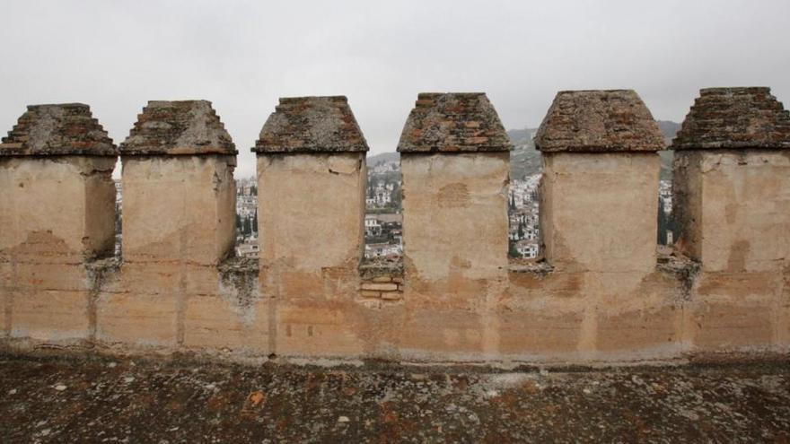 Los terremotos de Granada dañan las almenas de una torre de la Alhambra