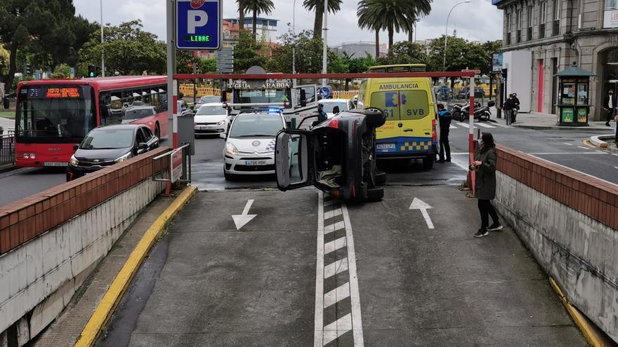 Vuelco sin heridos en la salida del aparcamiento subterráneo de Juana de Vega