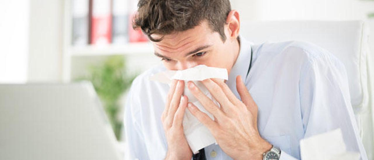 El resfriado y la gripe presentan síntomas comunes.