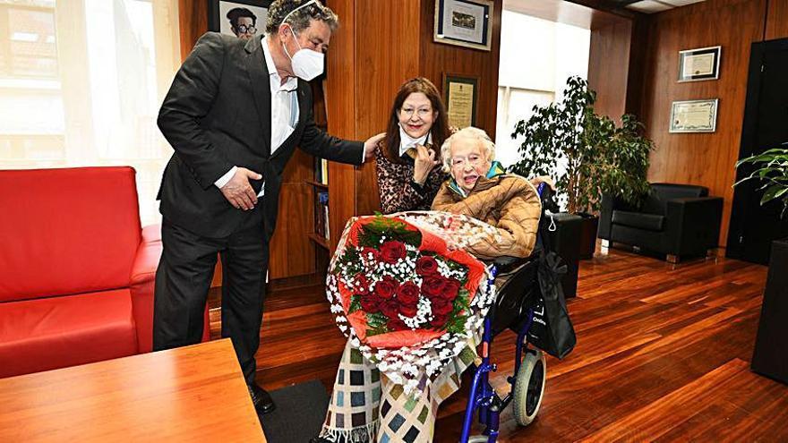 Araceli Vizcaíno Corbal, familiar de Benito Corbal, celebra su 101 cumpleaños con una visita al despacho del alcalde