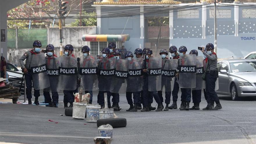 La policía birmana carga contra las manifestaciones en rechazo de los militares