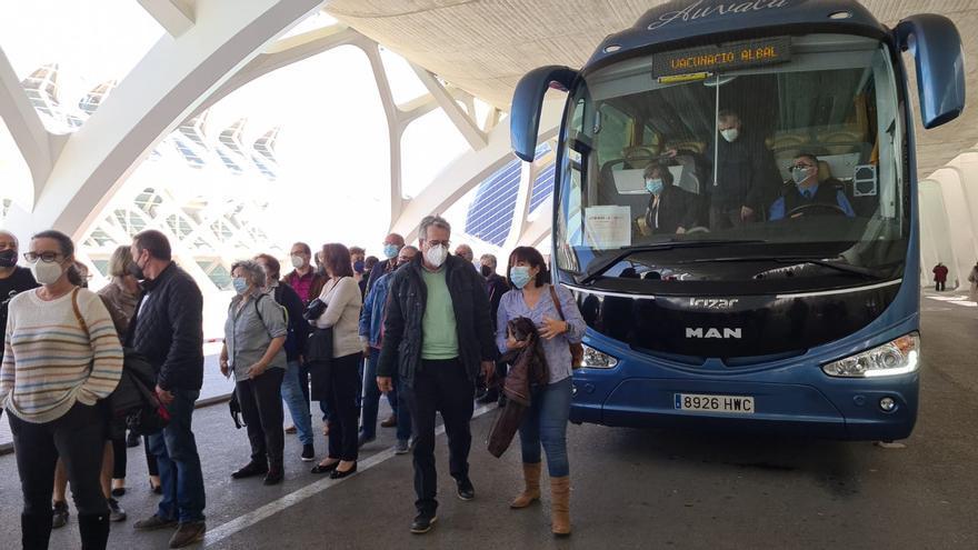 El autobús al vacunódromo de la Ciudad de las Artes ha dado servicio a más de 1.100 personas