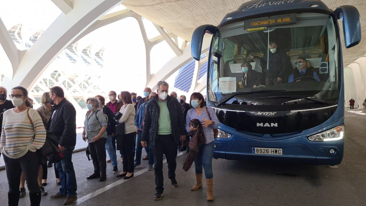 El alcalde de Albal Ramón Marí y la vicealcaldesa ed catarroja, Lorena Silvent, llegando en autobús al vacunódromo de Valencia.