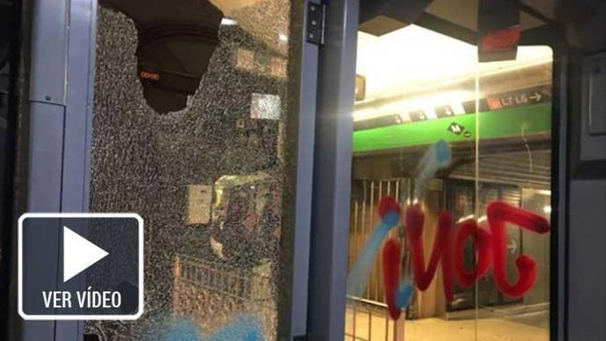 Quince grafiteros apedrean un vagón del metro Barcelona