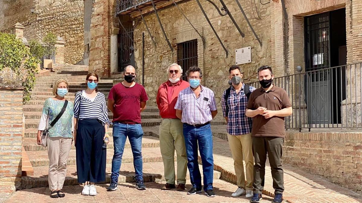 A la derecha, el alcalde de Santaella, José Álvarez, junto a miembros del Grupo de Investigación HUM-262.