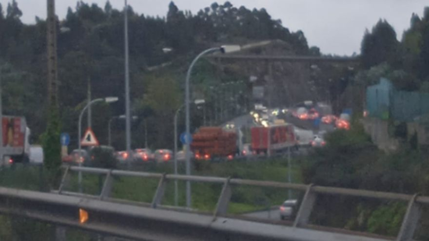 Atasco en la salida de A Coruña por la AP-9 tras accidentarse un camión de gasóleo en O Temple