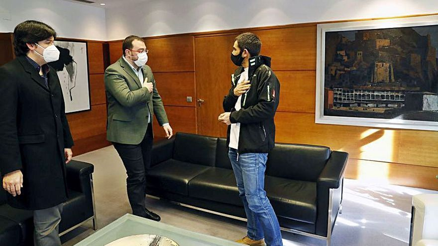 Barbón recibe a un investigador del CERN