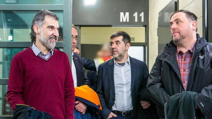 Justícia fa públiques imatges inèdites del trasllat dels líders independentistes pel judici a l'1-O