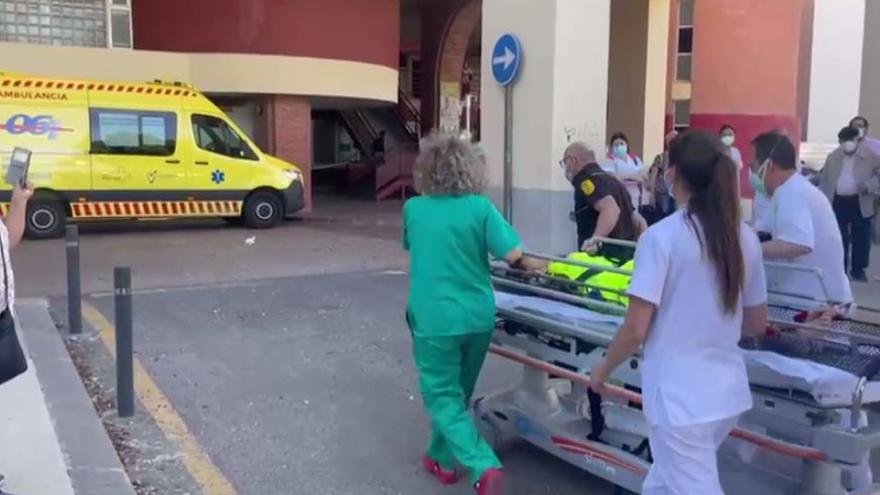 Sanitarios trasladan a la Arrixaca a la mujer hallada en la Rambla del Cigarrón con un golpe en la cabeza