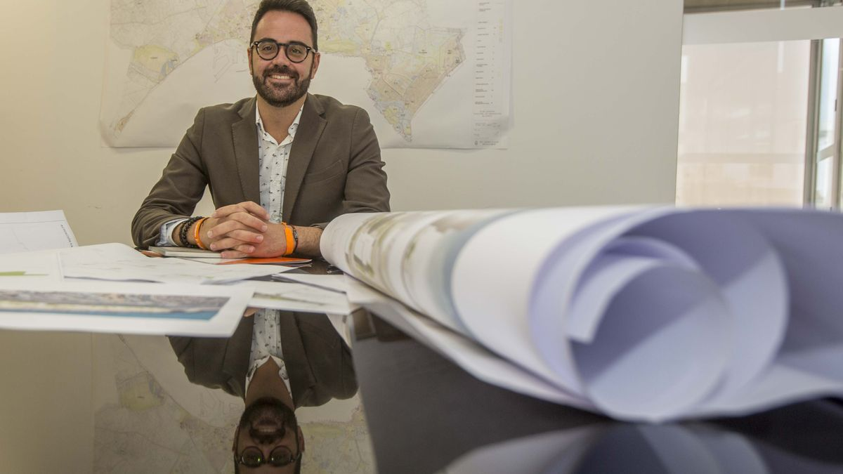 The councilor for Urbanism, Adrián Santos Pérez, in a recent image in his office