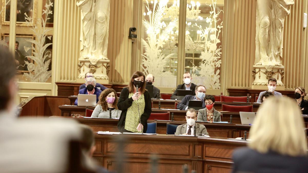 Armengol, hoy en el pleno del Parlament