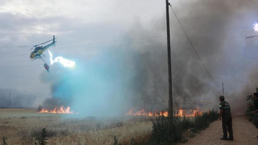 Un helicóptero impacta contra los cables de alta tensión en un incendio de Coreses
