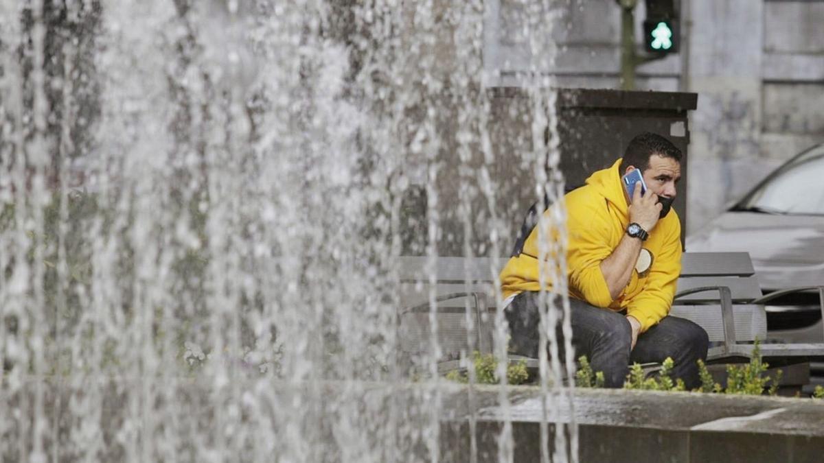 Un hombre habla por teléfono en un espacio público de la capital tinerfeña.