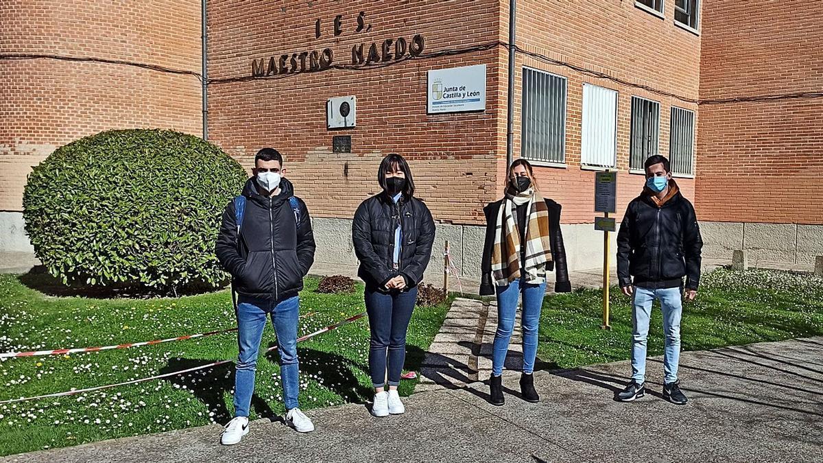 Los estudiantes del IES Maestro Haedo que participan en la final del concurso Young, Business Talents, en el exterior del instituto.