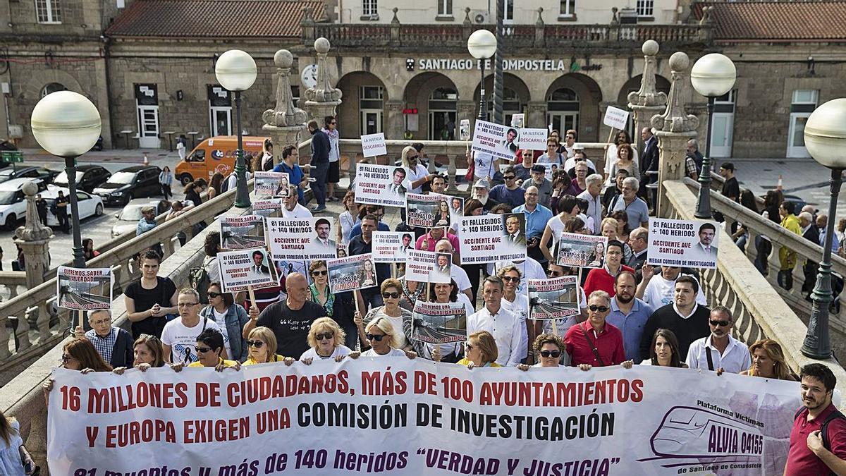 Víctimas del Alvia protestan ante la estación de tren de Santiago en un aniversario del siniestro. |   // O. CORRAL