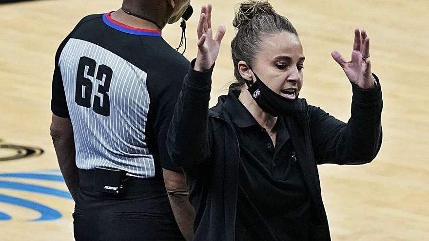 Becky Hammon se convierte en la primera entrenadora en dirigir un partido de la NBA