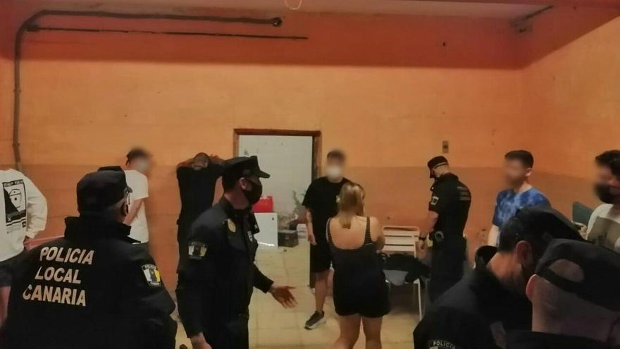 La Policía Local de Santa Cruz interviene en una fiesta ilegal.