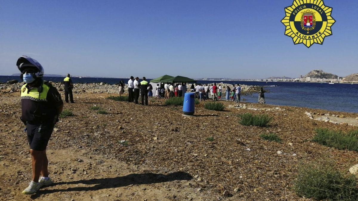 La Policía disuelve un bautizo con más de treinta personas en la playa