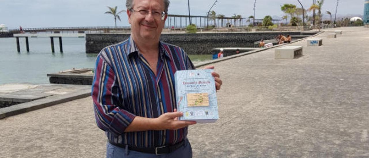 Alfonso Licata, ayer, en el Parque Islas Canarias con su nuevo libro.