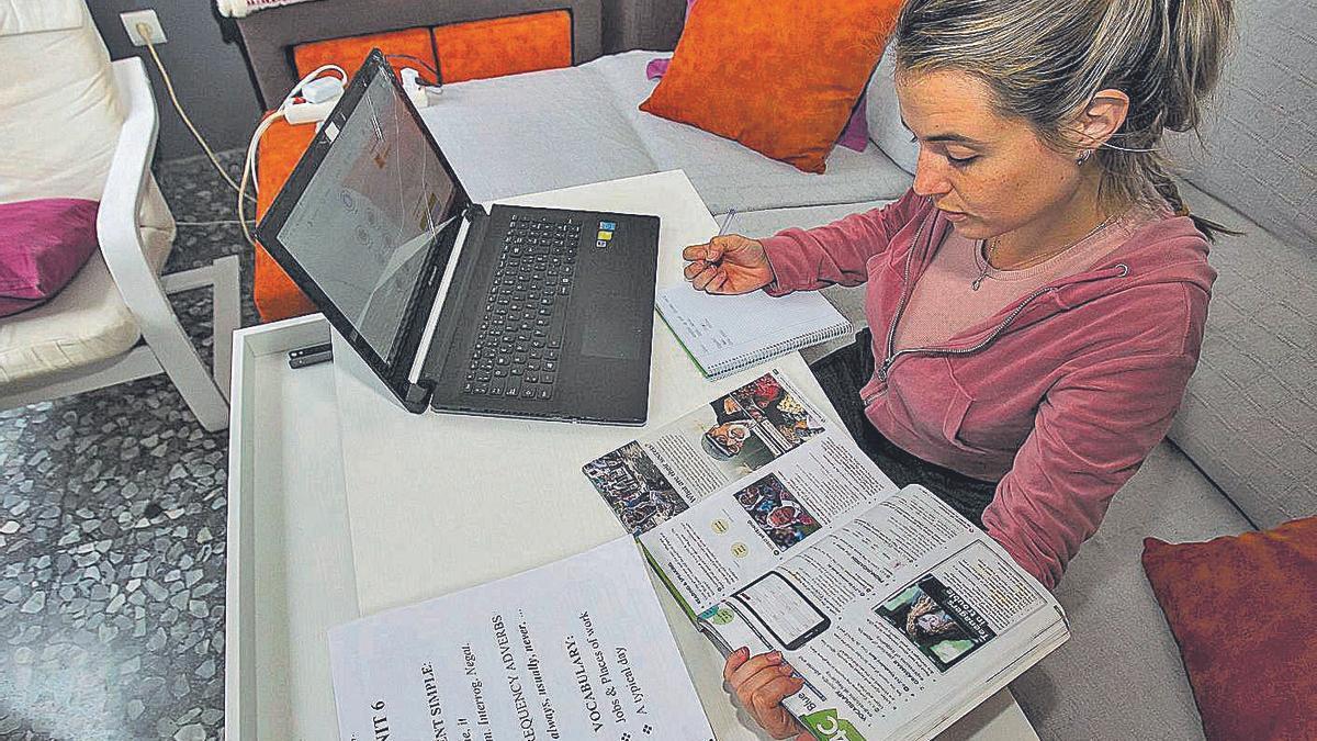 Una estudiante aprende inglés online desde su casa.  | HÉCTOR FUENTES