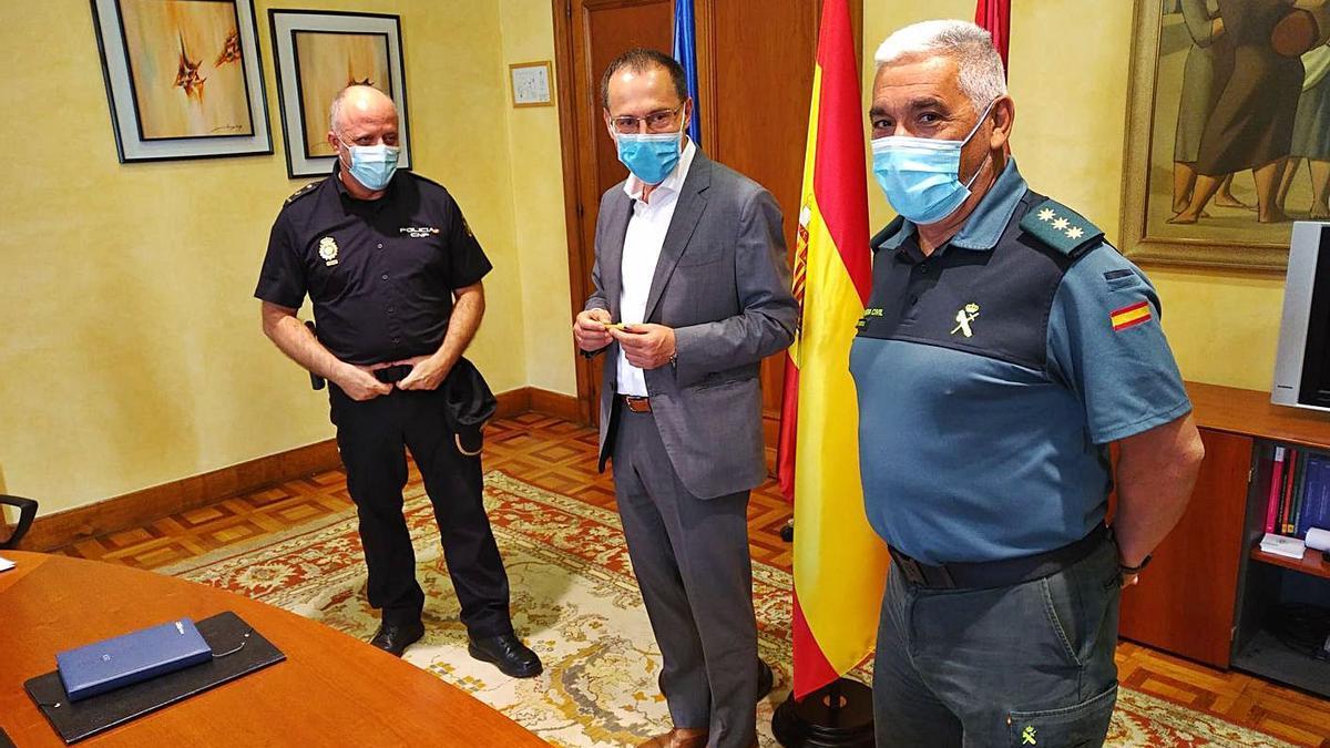 El subdelegado del Gobierno, Ángel Blanco, con responsables de Policía Nacional y Guardia Civil. | Subdelegación