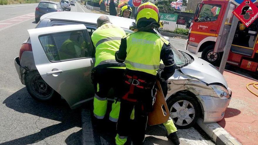 Herido con varios traumatismos tras una colisión con el coche en dirección a Santa Pola