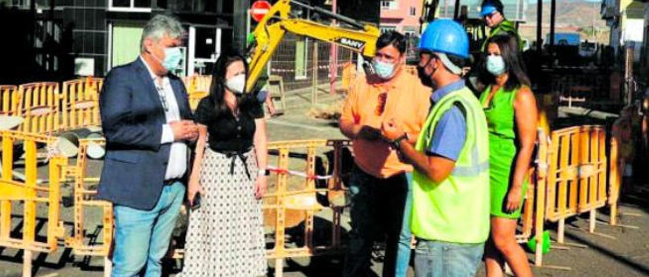 El alcalde, Juan Jiménez (i), junto al concejal José Juan Herrera (c) y dos concejalas durante una visita a unas obras.