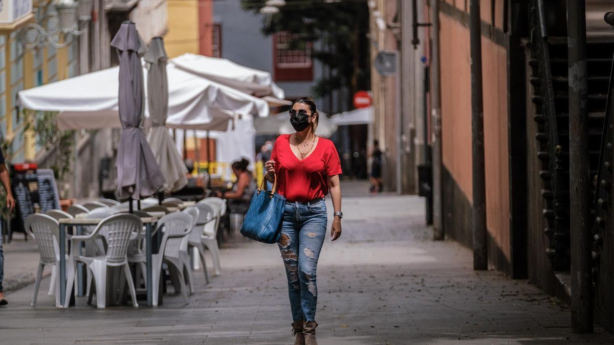 Una mujer con mascarilla para protegerse del coronavirus.