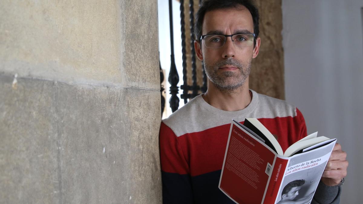 Alberto de la Rocha sostiene su última novela, 'Los años radicales'.