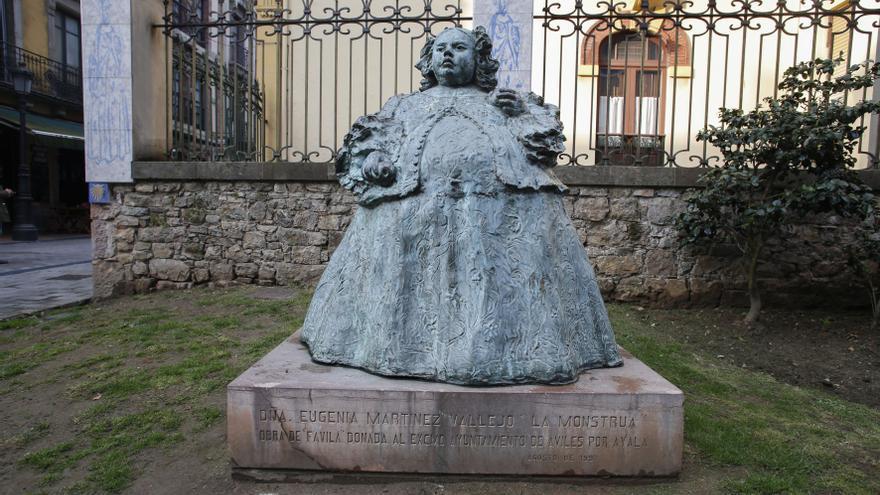 """La escultura de Avilés más fotografiada, """"La Monstrua"""": casi ninguno conoce su historia ni el origen de su nombre"""