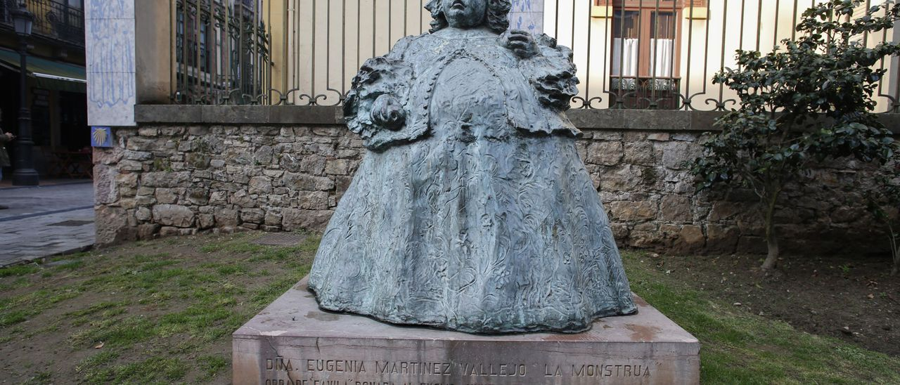 "La escultura de ""La Monstrua"" en la calle Carreño Miranda, en Sabugo."