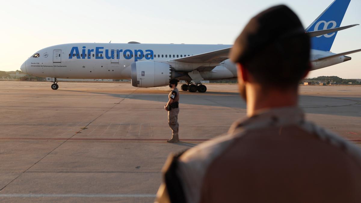 Un militar observa uno de los aviones llegados de Kabul en la primera fase de la operación de evacuación.