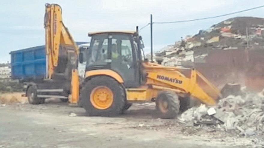 Arucas retira 6.000 kilos de escombros del exterior del punto limpio de Cardones