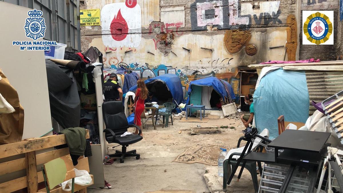 Solar sin edificar en Barcelona donde vivían dos menores forzados a prostituirse y mendigar.