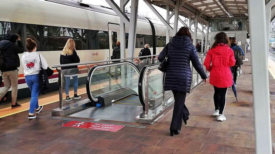 La reducción de frecuencias de tren deja en tierra a decenas de estudiantes