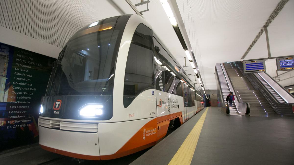 Una de las nuevas unidades del TRAM para la línea Benidorm-Dénia en la estación de Luceros en Alicante