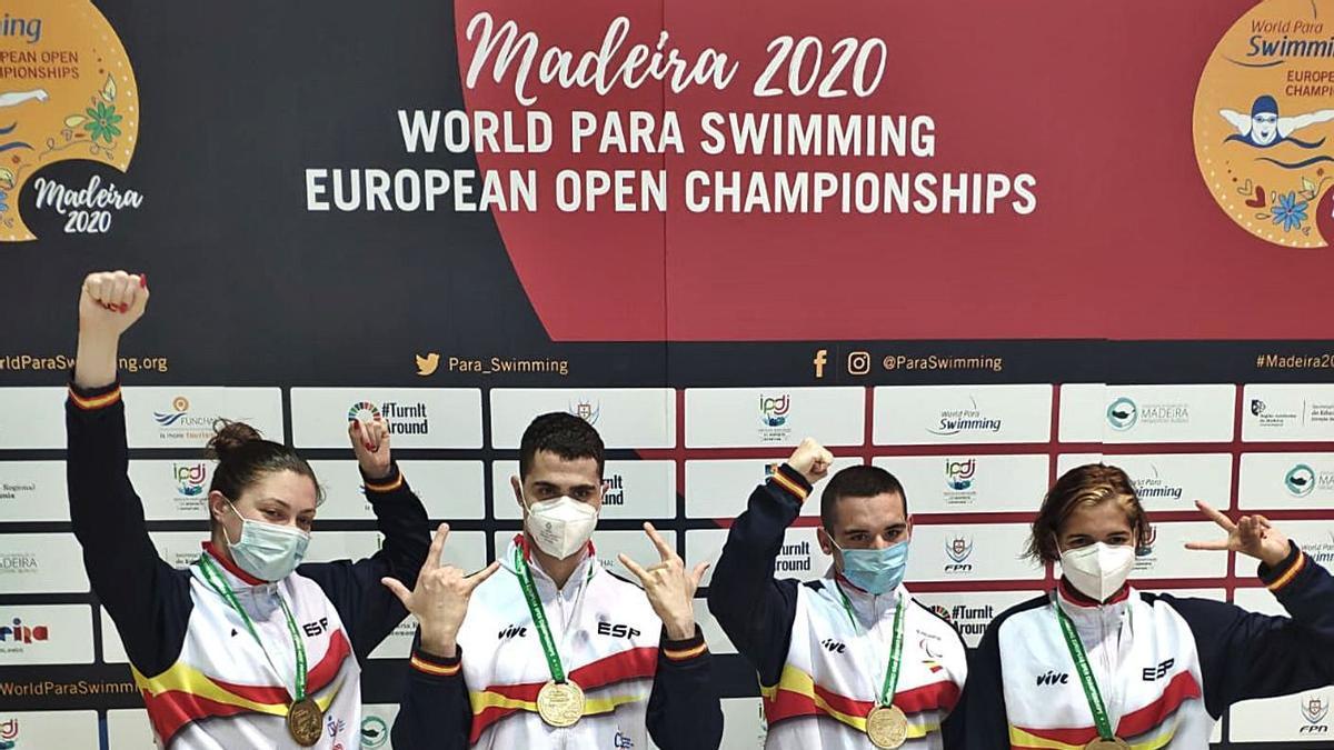 El equipo español del relevo 4x100 estilos S14, con sus medallas de oro al cuelo. Michelle, la primera por la derecha.     E.D.