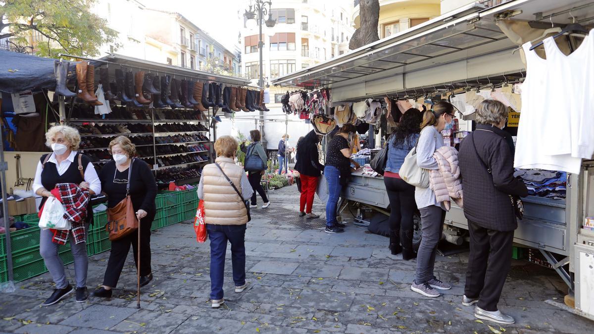 València cierra los mercadillos y el rastro.