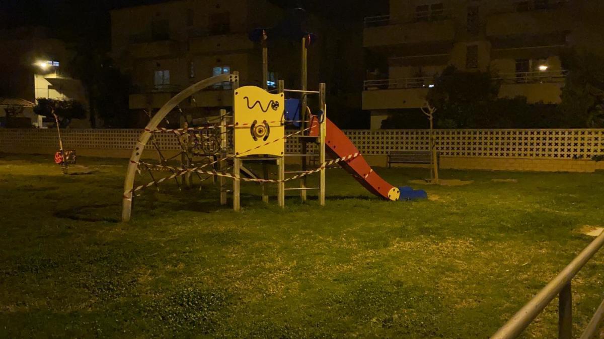 Un parc infantil tancat a Castelló d'Empúries.