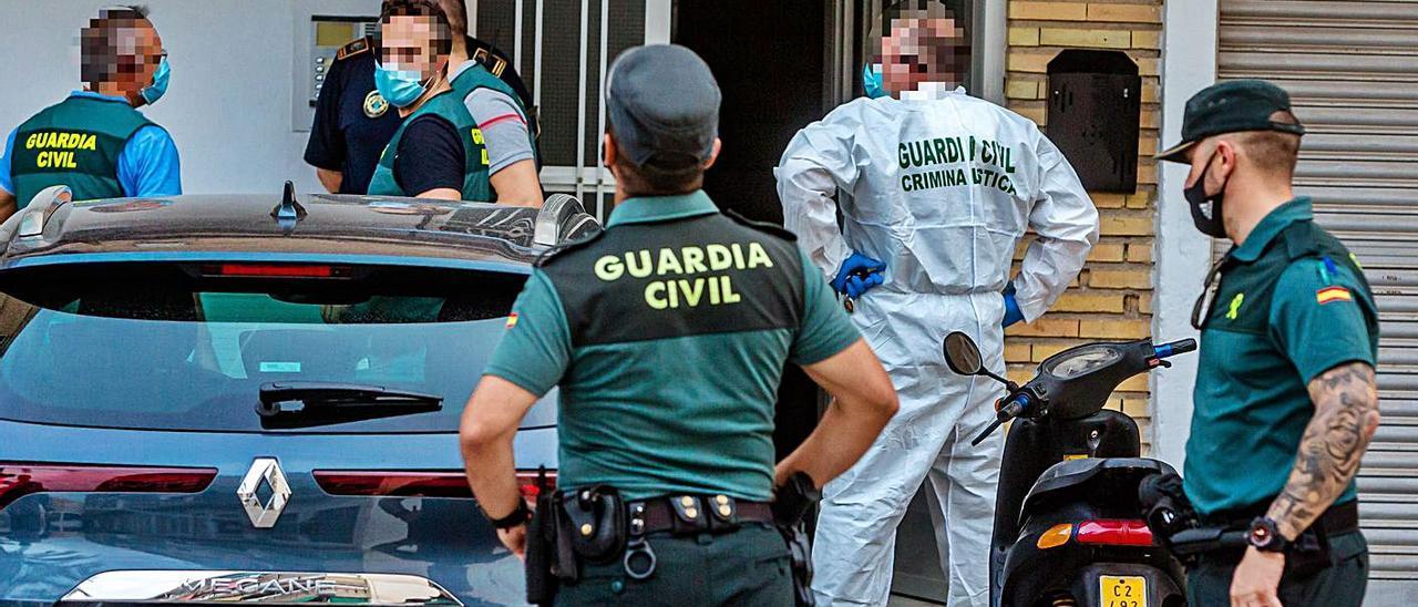 Agentes de la Guardia Civil, ayer, en el lugar del crimen, poco después del levantamiento del cuerpo. | DAVID REVENGA
