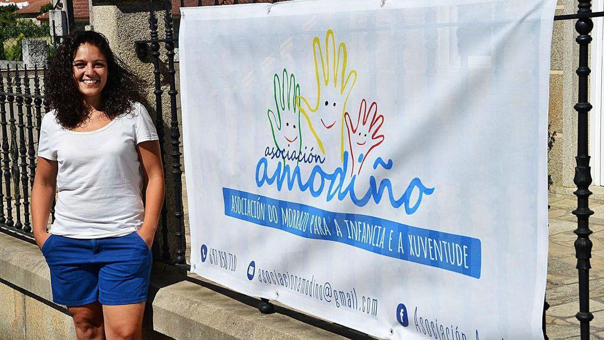 La presidenta de Amodiño, Alba Román, ante la sede de la asociación.