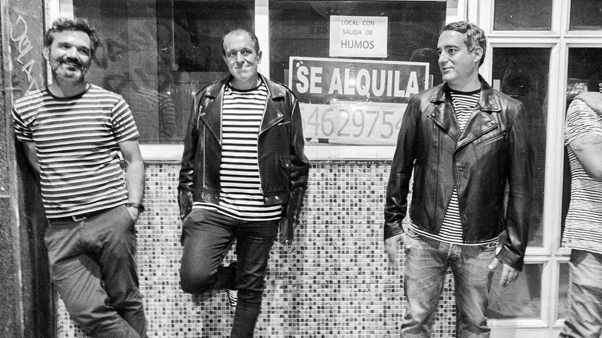 Rafa Skam (segundo por  la izquierda) y el resto  de la banda imitando a  los Ramones.     L. O.