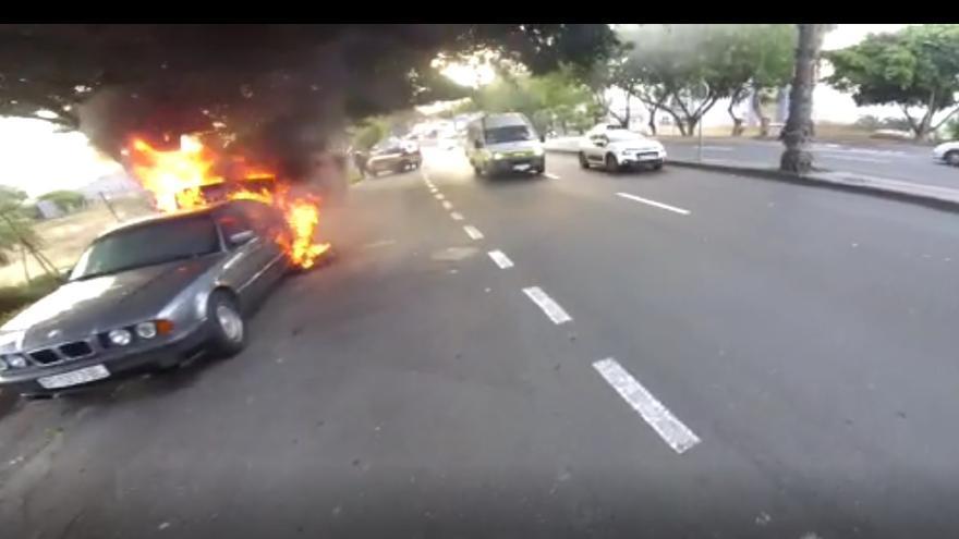 Un coche se incendia en la Avenida Parque Central (14/04/2021)