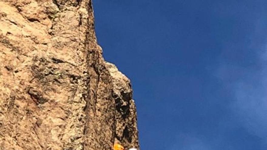 Un joven escalador corona el Roque Nublo