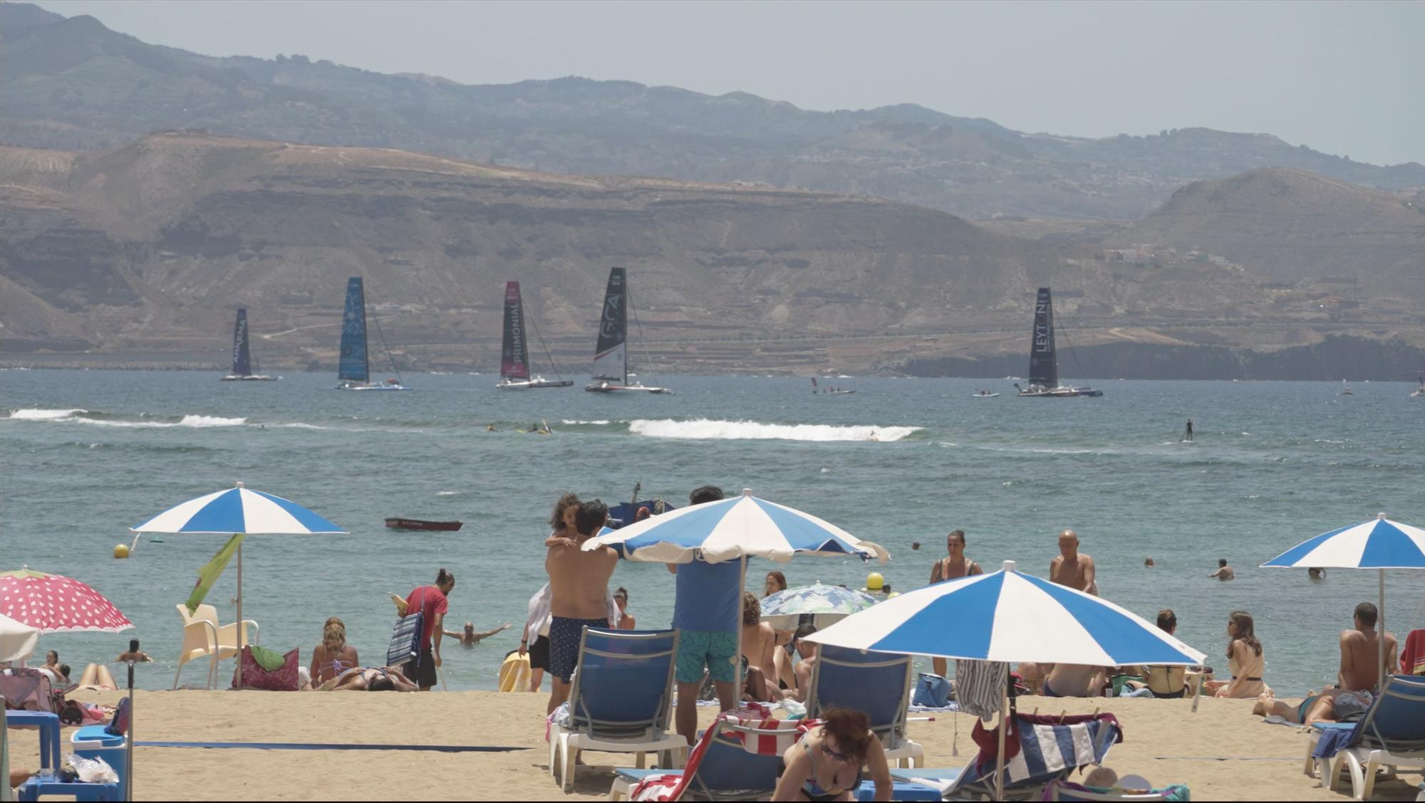 Regata en la playa de Las Canteras con los 7 trimaranes Fifty Ocean.
