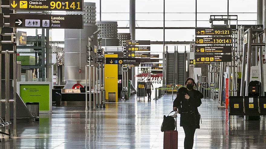 La ausencia de turistas hunde al aeropuerto hasta el undécimo puesto en tráfico, por debajo del de Valencia