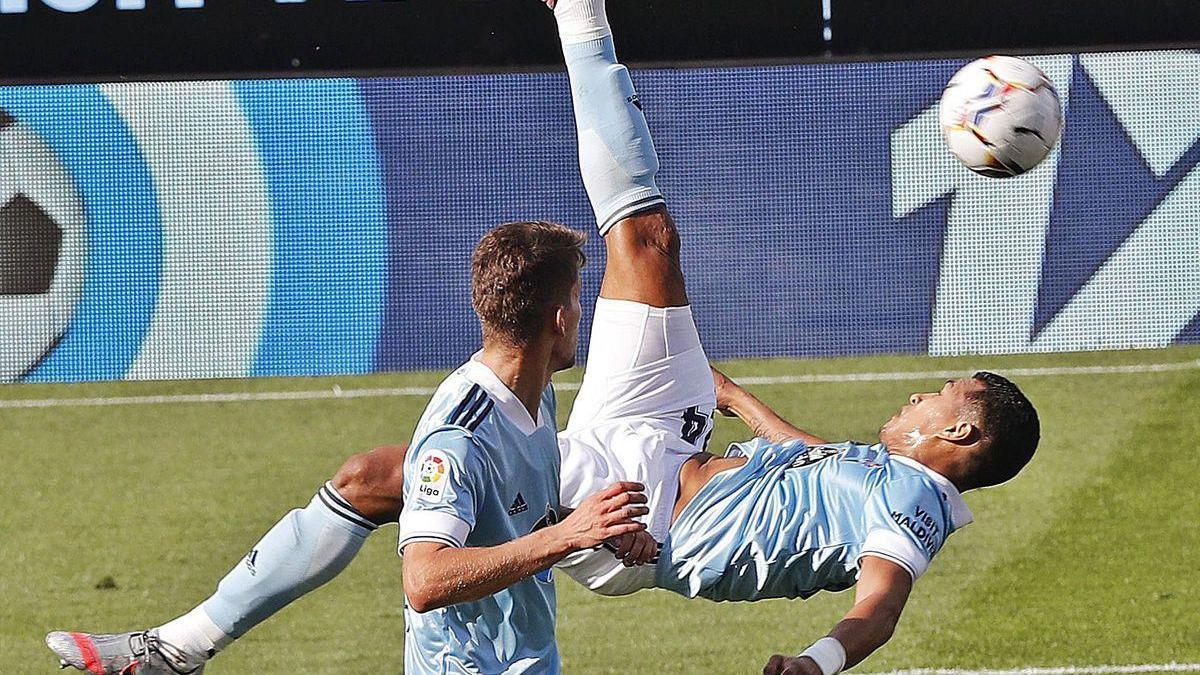 Intento fallido de chilena por parte de Jeison Murillo, ayer, frente al Atlético de Madrid.