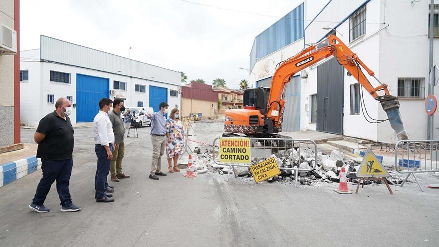 Inician la mejora del abastecimiento y el saneamiento en el polígono Lourdes de Coín