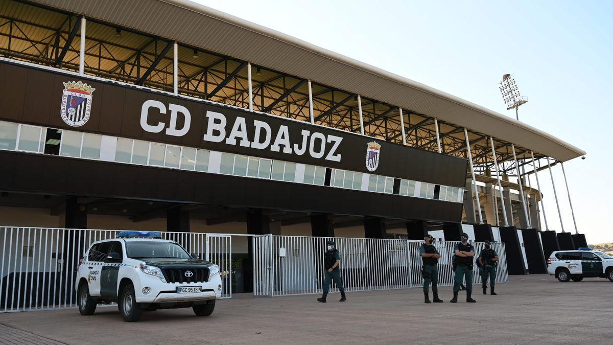 Agentes de la Guardia Civil en el exterior del estadio del Nuevo Vivero, esta mañana