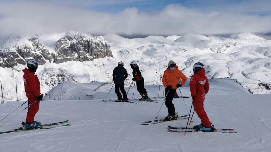 La nieve ya recibe en Fuentes de Invierno: así fue la primera jornada de la temporada en la estación allerana